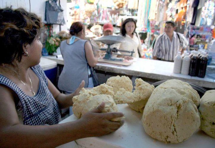 Algunos molinos ya venden en 16 pesos el kilo de tortilla. (Milenio Novedades)