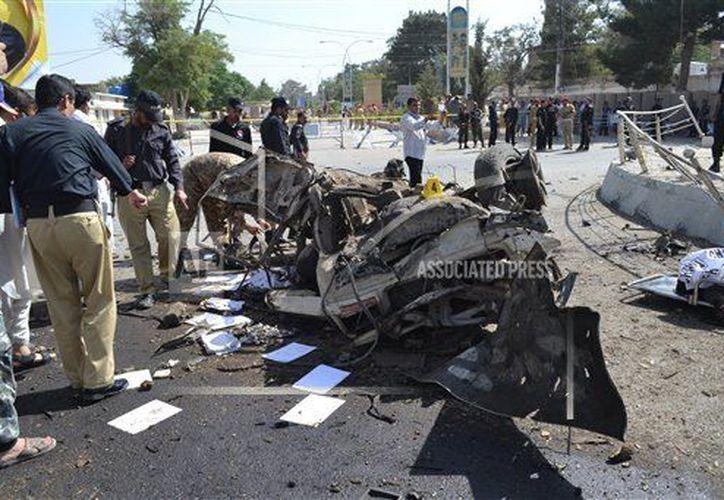 Imágenes de televisión mostraron algunos automóviles con daños importantes y una carretera cubierta de cristales rotos. (AP)