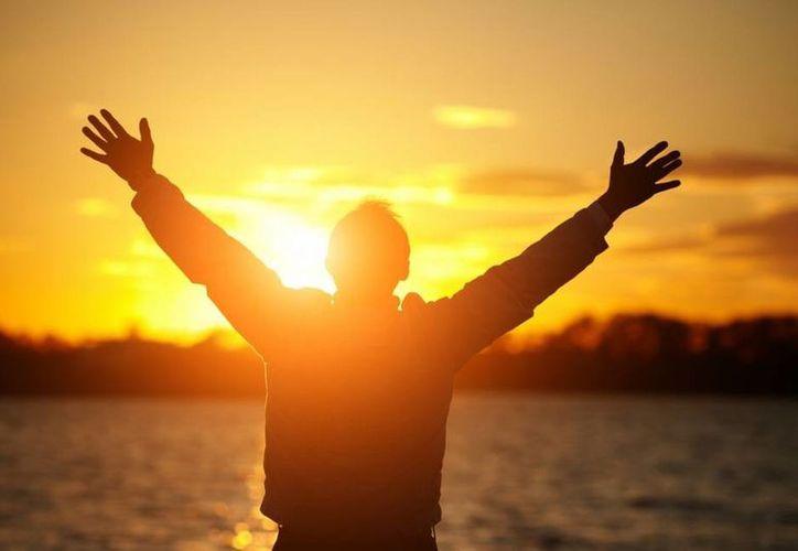 Tener una pareja, relaciones de amistad o familiares más sólidas, así como una buena salud física y mental determina en gran medida la felicidad de las personas, según un estudio en Londres. (upsocl.com)