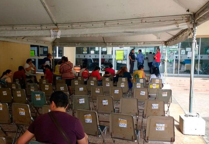 """Algunos módulos de reemplacamiento en Mérida, como el de Kukulcán, ya no tienen la """"carga"""" de gente que recibieron la semana pasada. (Gretel Mac/SIPSE)"""
