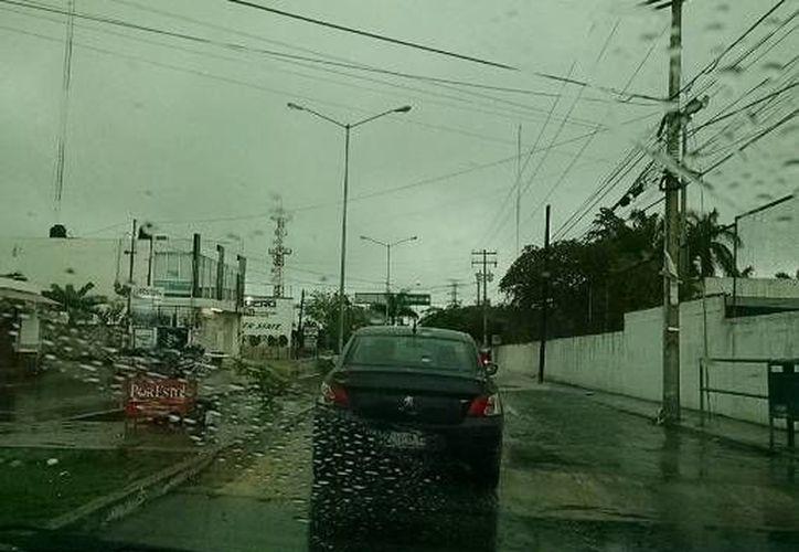 La tormenta con fuertes vientos registrada esta tarde en Mérida hizo que la temperatura bajara abruptamente de 36 a 24 grados. (twitter.com/ClimaYucatan)