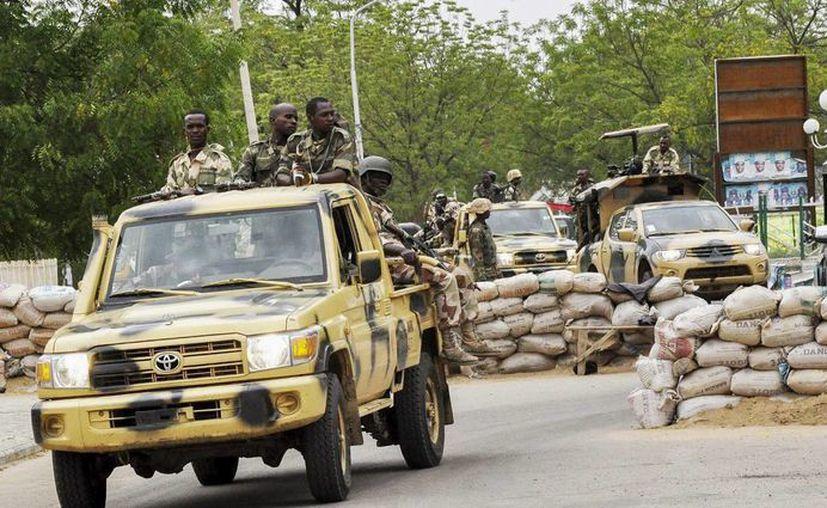 Fotografía tomada en 2014 que muestra a militares nigerianos mientras patrullan Maiduguri, al noreste de Nigeria, cerca de Camerún. El ataque suicida de hoy mató a más de 20 personas en Maroua. (EFE/Archivo)