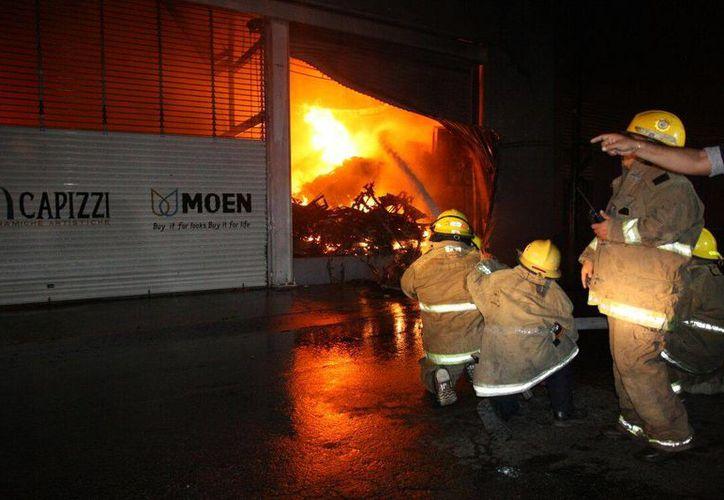 Intenso combate al incendio en el sur de Mérida. (SIPSE)