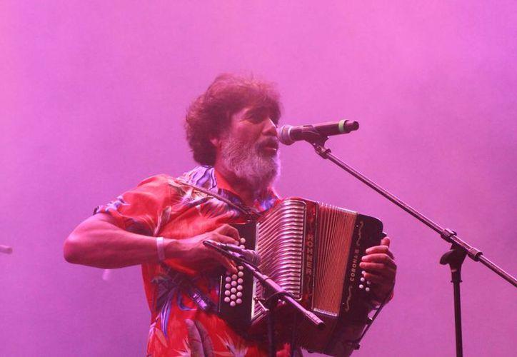 Celso Piña rompió esquemas con su estruendoso acordeón y sus ritmos de cumbia y vallenato. (Adrián Barreto/SIPSE)