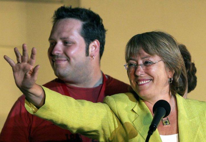 La imagen de la presidenta Bachelet se vio notablemente afectada por el escándalo que protagonizaron su hijo y nuera. (AP)