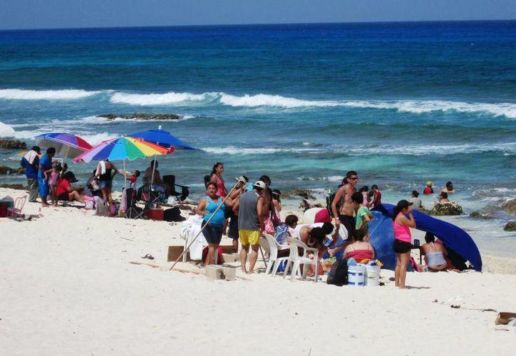 Los bañistas disfrutaron del sol y el mar desde temprano. (Irving Canul/SIPSE)
