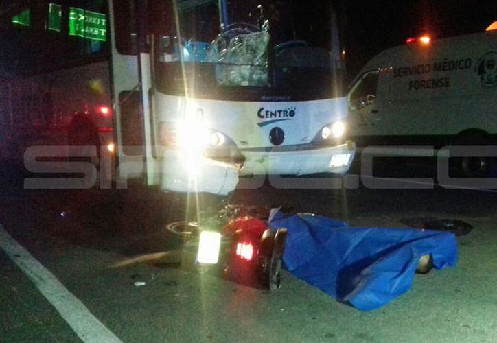 La motocicleta y el cuerpo del infortunado quedaron sobre el pavimento. (Aldo Pallota/SIPSE)