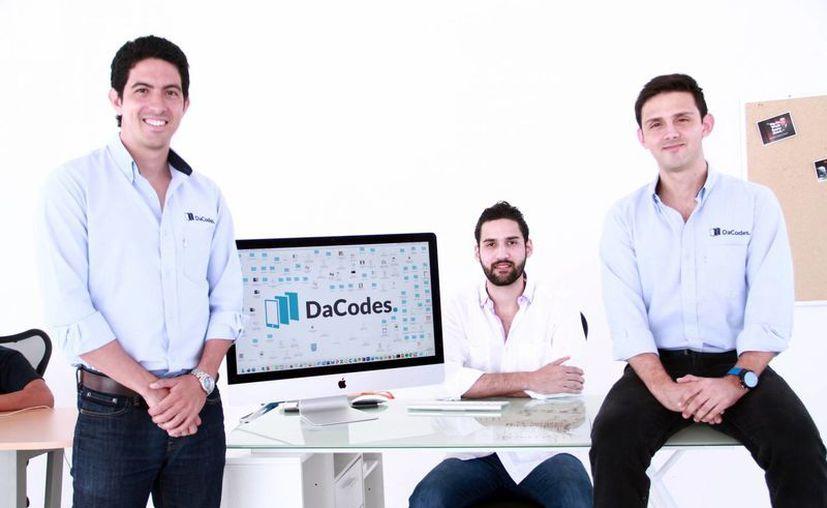DaCodes no solamente maquila software como la mayoría de las empresas de desarrollo, sino trabaja de la mano con nuestros clientes y los acompaña durante todo el proyecto. En la foto, los ingenieros industriales Mauricio Moreno Jure-Cejin, Jorge Campos Berny y el ingeniero mecatrónico Carlos Vela Canul. (Milenio Novedades)