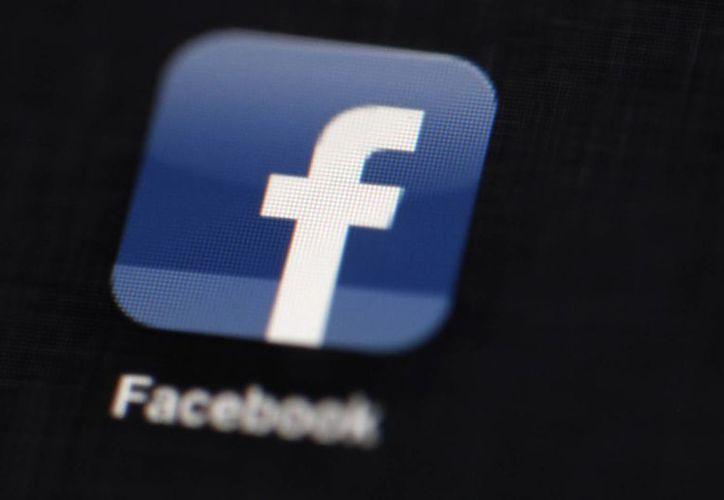 Logo de Facebook tomado de un iPad en Philadelphia. La red social fue creada en una habitación de la Universidad de Harvard en el año 2004. (Agencias)