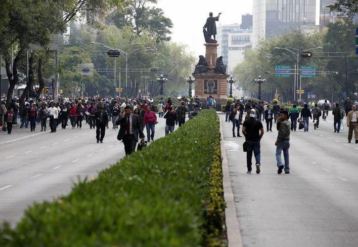 Sufren los capitalinos para llegar a sus lugares de trabajo debido a los bloques de la CNTE. (Notimex)