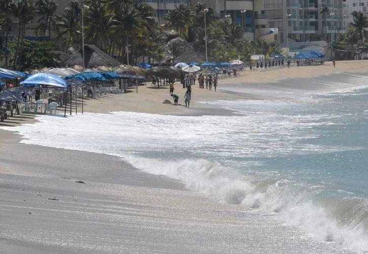 En Acapulco, Guerrero, una familia fue arrastrada por el elevado oleaje, y uno de sus integrantes murió ahogado. (Notimex)