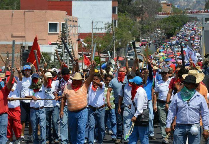 """Los maestros iban """"armados"""" con palos, durante la protesta de ayer. (Notimex)"""