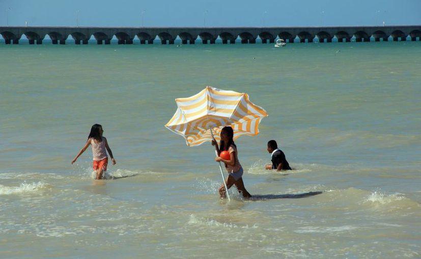 De acuerdo con un muestreo prevacacional, las aguas de Progreso y Telchac son aptas para uso recreativo. (SIPSE)
