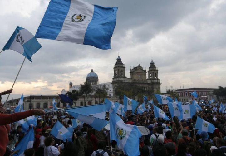 Cientos de guatemaltecos festejaron en la plaza principal de la capital la histórica decisión del Congreso de desaforar al presidente Otto Pérez Molina por un caso de corrupción. (AP)