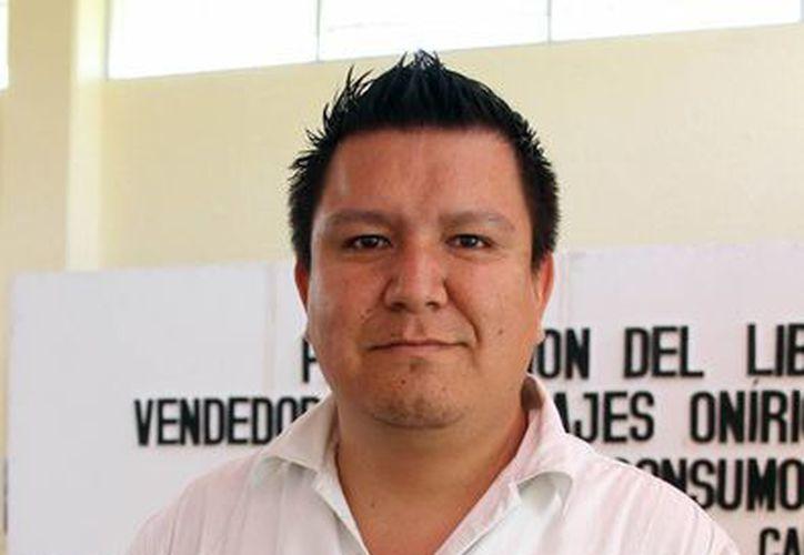 Mauricio Ocampo Campo presentando su más reciente obra. (Archivo/SIPSE)