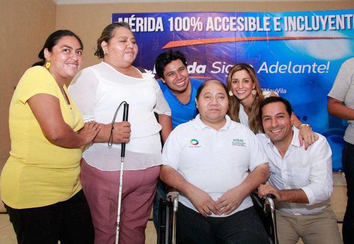 El candidato del PAN a la Alcaldía de Mérida, Mauricio Vila Dosal (extrema derecha), se pronunció por impulsar una Mérida incluyente. En la imagen, lo acompañan varias persona con discapacidad. (Oficial)
