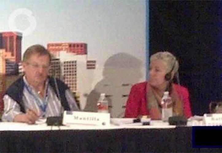 Elizabeth Ballantine (centro) suplirá a Jaime Mantilla como director de la SIP. (globovision.com)