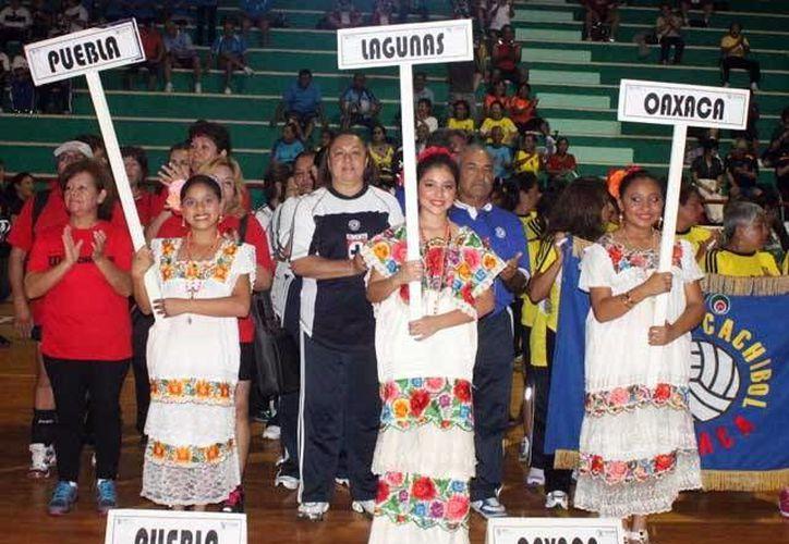Seleccionados de trece estados compiten en el V torneo nacional de cachibol que esta vez se realiza en Mérida. (Milenio Novedades)