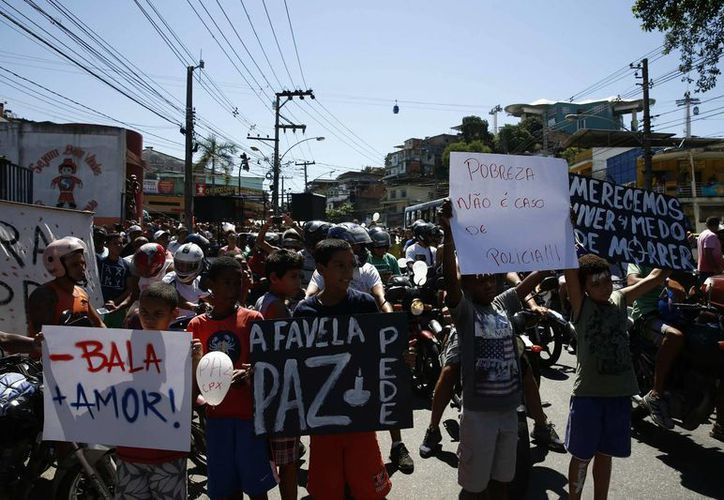 Habitantes participan en una manifestación en la favela del Complexo do Alemão, en Río de Janeiro contra la violencia. (Archivo/EFE)