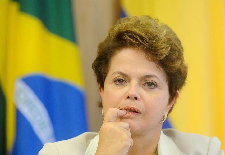 Dilma Rousseff fue reelecta en fecha reciente con la promesa de combatir la corrupción y ahora le preocupa el impacto económico-financiero que la investigación podría tener, ya que EU ya impuso multas millonarias a bancos y empresas extranjeras por corrupción. (Archivo/Agencias)