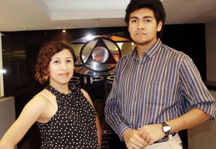 Cindy J. Arceo Cocom y  Josecarlo Montero Alcocer durante su visita a las instalaciones de Milenio Novedades. (José Acosta/SIPSE)
