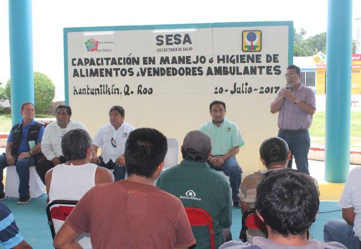 Las pláticas se realizaron en el domo deportivo del parque principal de la cabecera municipal. (Gloria Poot/SIPSE)