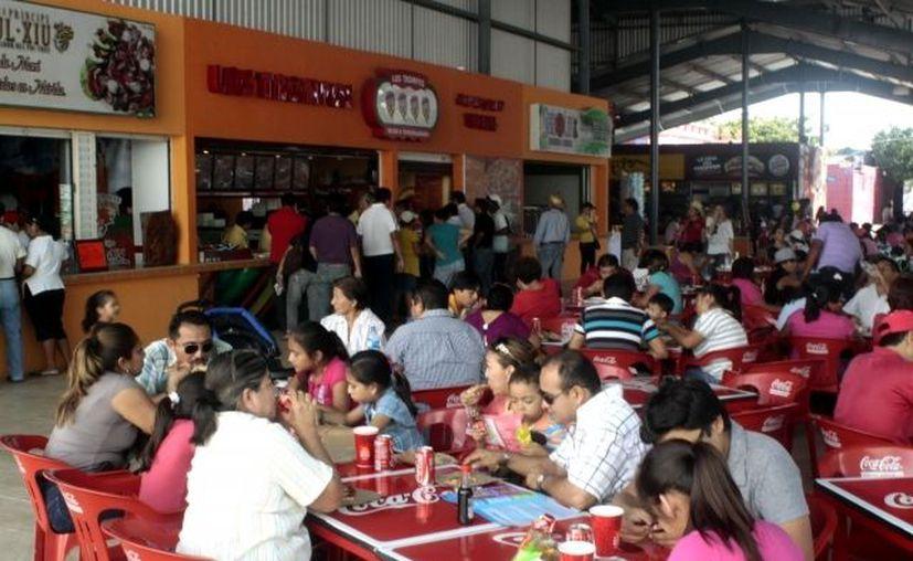 Los puestos de comida estuvieron muy concurridos. (Christian Ayala/SIPSE)