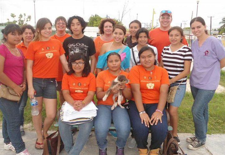 Equipo de voluntarios que realizaron el censo de mascotas en Chelem. (Manuel Pool/Milenio Novedades)