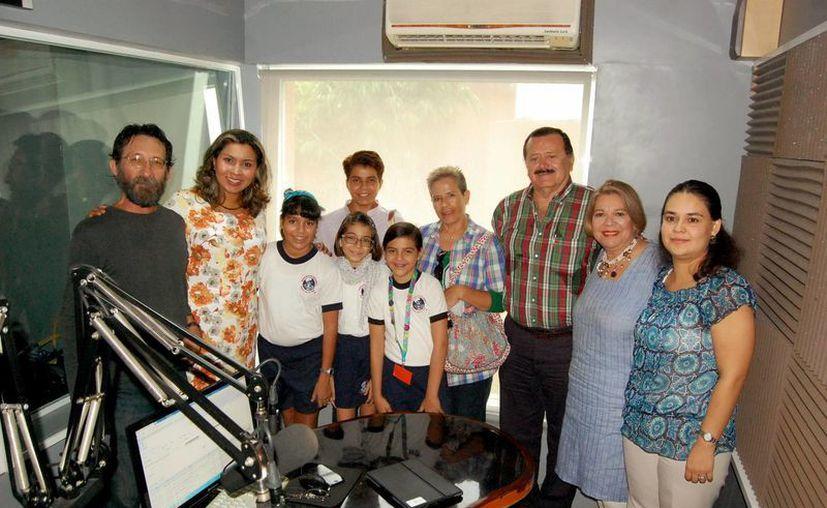 Invitados y conductores al programa radiofónico Salvemos un Vida. (Wilbert Argüelles/SIPS)