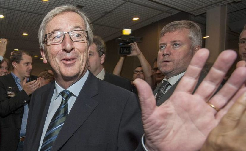 El primer ministro de Luxemburgo, Jean-Claude Juncker (izq), llega a la sede de su partido CSV en la capital de Luxemburgo. (EFE)