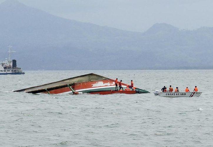 Rescatistas buscan a posibles sobrevivientes del bote que se volcó en la ciudad de Ormoc, isla de Leyte, en Filipinas este jueves 2 de julio de 2015. (Foto/Ignatius Martin/Miquicar Photostudio via AP)
