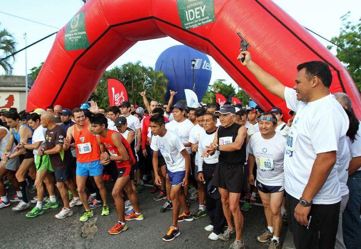 Tras dar la salida a los competidores, Zapata Bello se integró al contingente. (Cortesía)