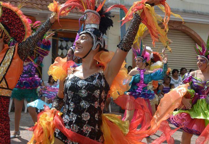 Los  bailarines ejecutan  sus coreografías en la vía pública como parte de la tradición de las fiestas del Carnaval de Cozumel. (Gustavo Villegas/SIPSE)
