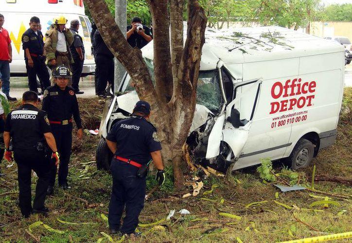 El conductor de la camioneta quedó prensado en el lugar, mientras que el anciano atropellado murió camino al hospital. (Milenio Novedades)