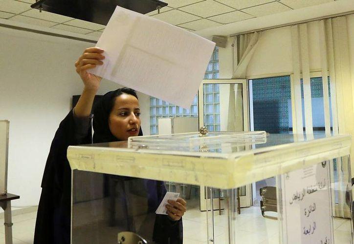 Por primera vez en la historia, las mujeres de Araba Saudí ejercen su voto, aunque las diferencias de genero permanecen casi intactas. (AP)