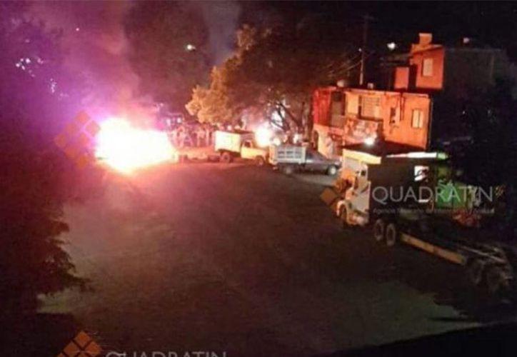 Un grupo de personas quemó vehículos en el acceso al municipio de Buenavista, y sobre la carretera Buenavista-Los Reyes. (excelsior.com.mx)