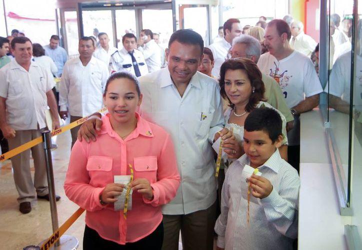 La familia Zapata Blancarte recibió su pulsera de donación. (Milenio Novedades)