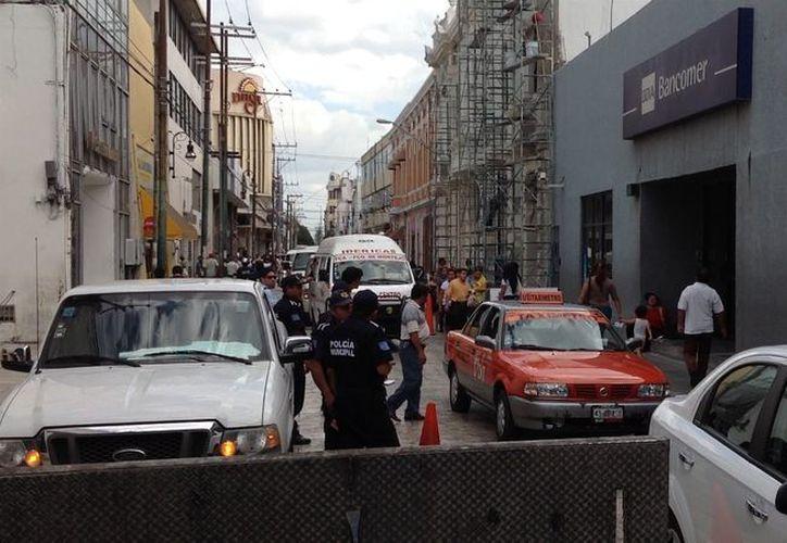 La arteria fue cerrada parcialmente por la Policía Municipal. (David Pompeyo/SIPSE)