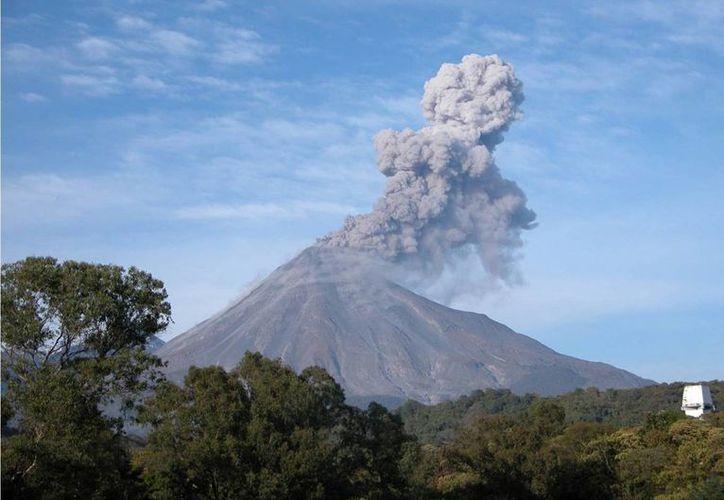 Tras la reciente fumarola y exhalaciones en el Volcán de Colima  se prevé caída de ceniza en los municipios de Tuxpan, Zapotiltic, Tamazula de Gordiano y Tecalitlán. (Notimex)