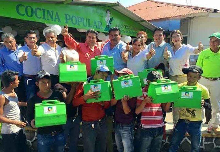 La imagen de la entrega de las para lustrar zapatos que hizo el diputado federal, Rafael Guirao Aguilar, circulo por redes sociales. (Facebook)