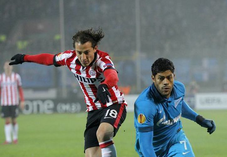 El pequeño jugador del PSV, Andrés Guardado, y el robusto Hulk, del Zenit, disputan el balón en partido que terminó 3-0 a favor de los rusos dentro de la Europa League. (Foto: AP)