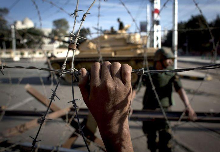 El Presidente egipcio pretende contener la violencia amedrentando a sus detractores con la presencia del Ejército. (Agencias)