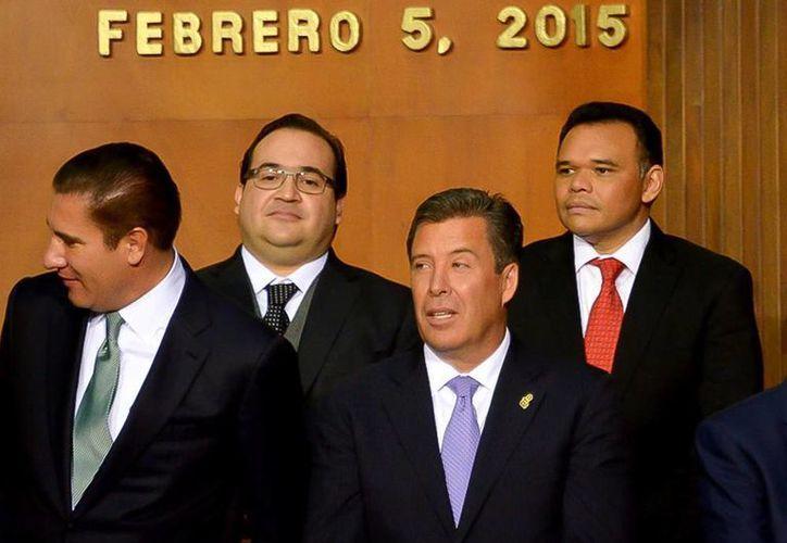 El gobernador Rolando Zapata Bello (der) asistió ayer a la ceremonia conmemorativa del 98 aniversario de la promulgación de la Constitución, que encabezó el presidente Enrique Peña Nieto en Querétaro. (Milenio Novedades)
