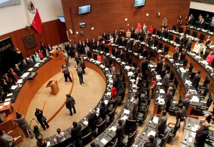 Los salarios y diversas prestaciones de funcionarios medios y superiores están cerca de ser afectados, acordó el Senado. (Notimex)