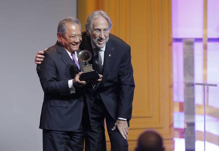 Armando Manzanero con Neil Portnow, director ejecutivo de la Academia Nacional de Artes y Ciencias de la Grabación, quien le entregó el Grammy Honorífico por Trayectoria. (Agencias)