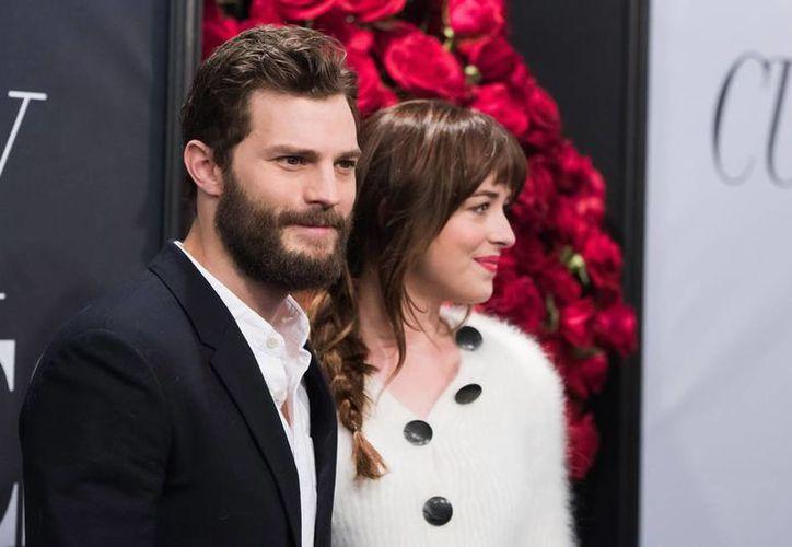 Jamie Dornan y Dakota Johnson, en una presentación de la película 50 Sombras de Grey, el año pasado. La cinta está nominada a los Premios Razzie, lo peor del cine. (AP)