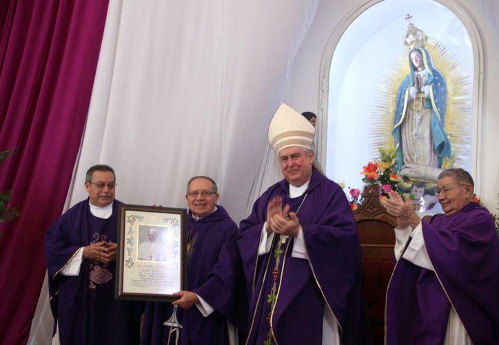 Mons. Emilio Carlos Berlie Belaunzarán hizo entrega de la bendición papal al festejado, monseñor Manuel Vargas Góngora. (Milenio Novedades)