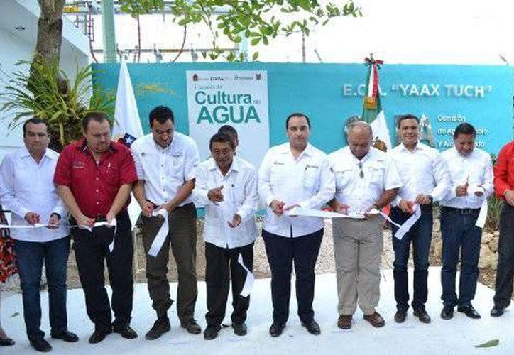 Las autoridades presentes inauguraron el espacio cultural del agua, ubicado en el ombligo verde carrilloportense. (Redacción/SIPSE)
