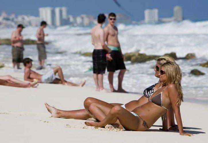 Los británicos disfrutan de las playas del destino turístico durante las vacaciones. (Archivo/SIPSE)