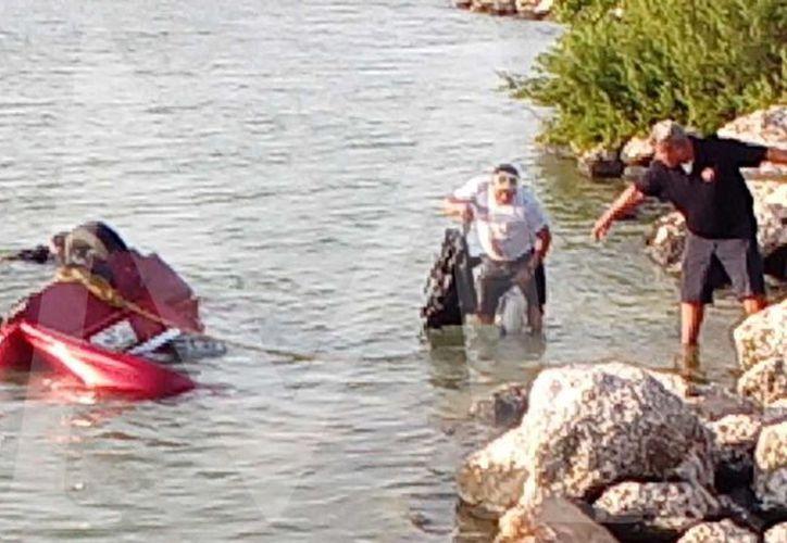Los ocupantes ebrios fueron rescatados, pero llevados detenidos.